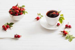 بدونن که مصرف چای گیاهی میوه گل رز اثرات ضد التهابی و آنتی اکسیدانی روی پوست داره.