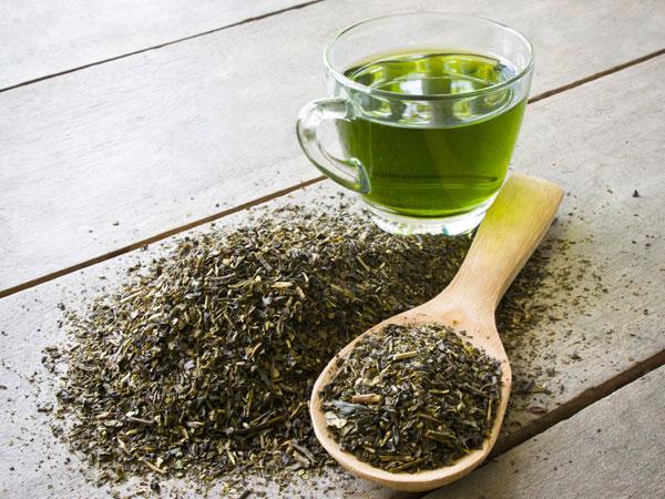 چای سبز برای جلوگیری و درمان ریزش مو مفید است.